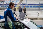 Koen Hand van Bas Koeten Racing leest de data uit van de Toyota GT86 - DNRT Endurance - TT-Circuit Assen