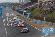 Start DTM op Circuit Park Zandvoort. Het Veld racet richting de Tarzanocht