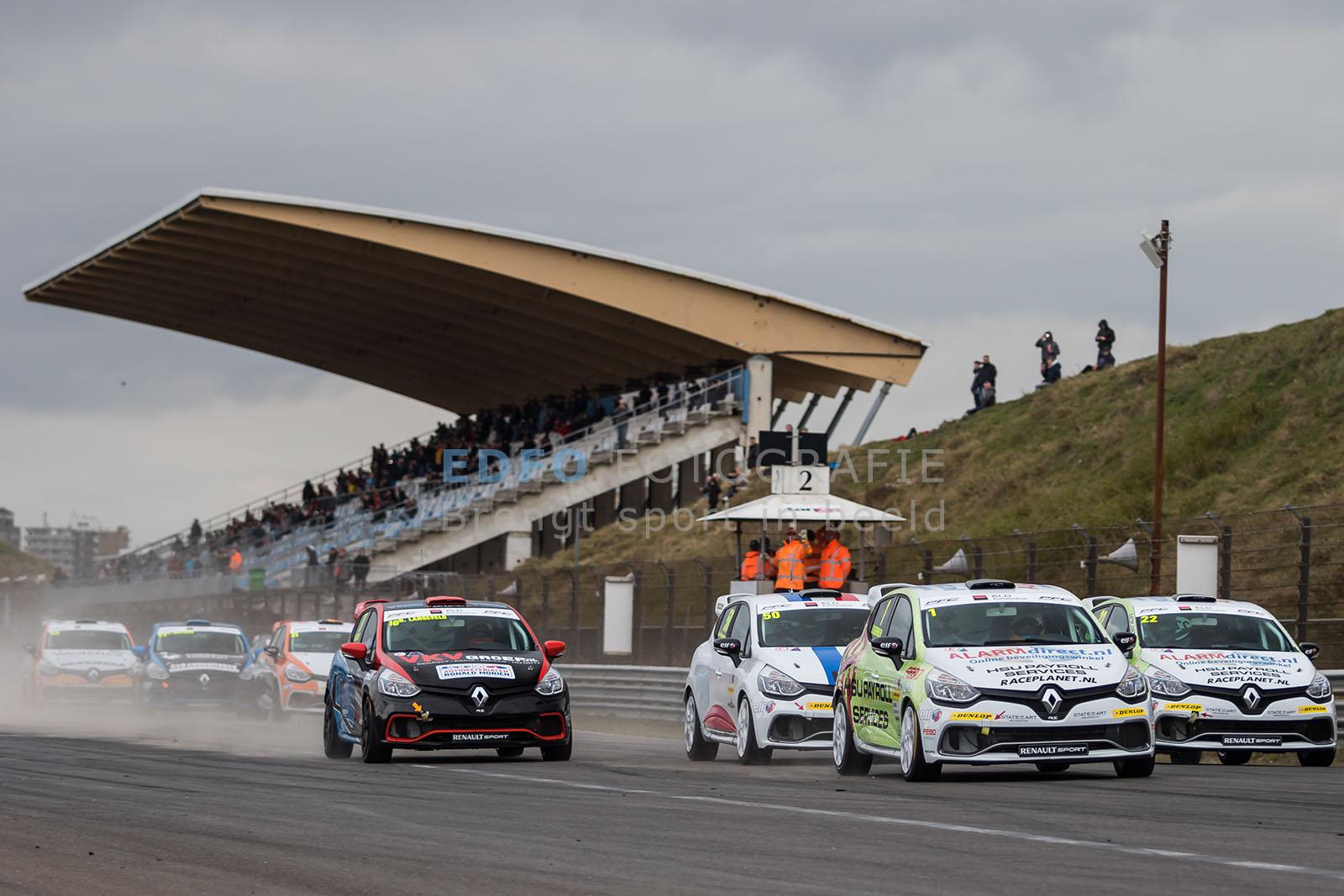 Start van de Clio Cup Benelux tijdens de Paasraces 2015 op Circuit Park Zandvoort